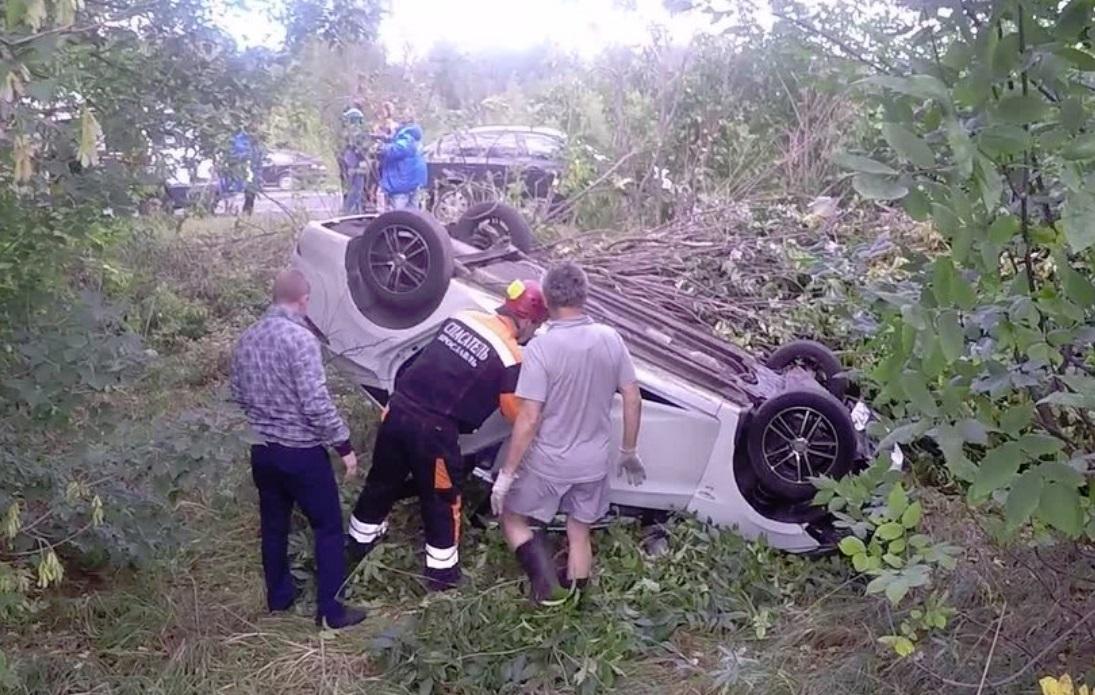 В Ярославле водитель иномарки не вписался в поворот и улетел в кювет: видео