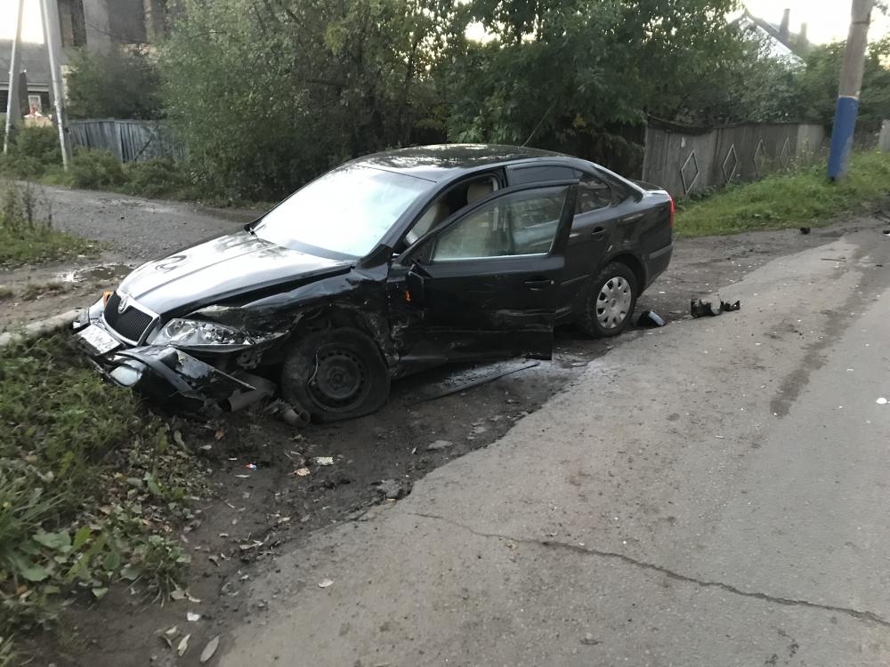 В Рыбинске иномарка в результате ДТП вылетела с дороги: пострадал человек