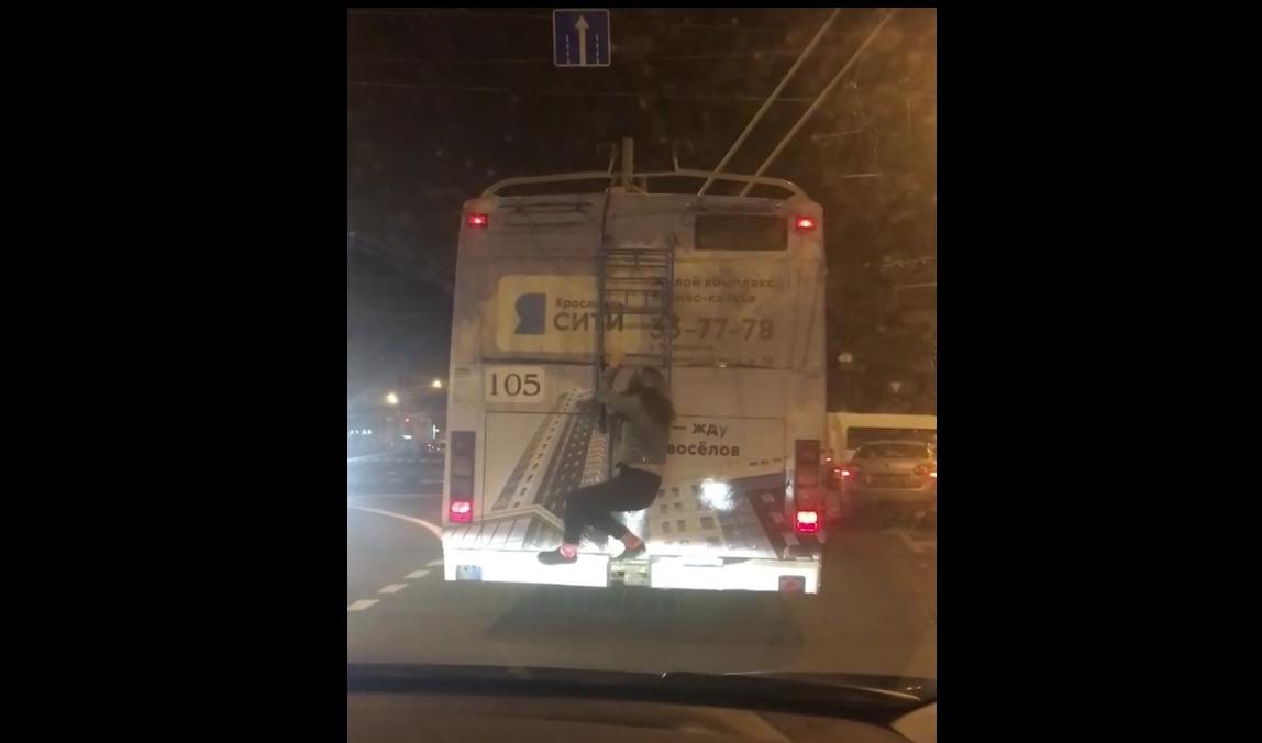 Заместитель мэра Ярославля снял девушку-зацепера с троллейбуса