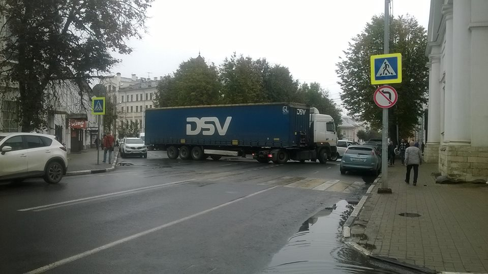 В центре Ярославля фура перекрыла две дороги