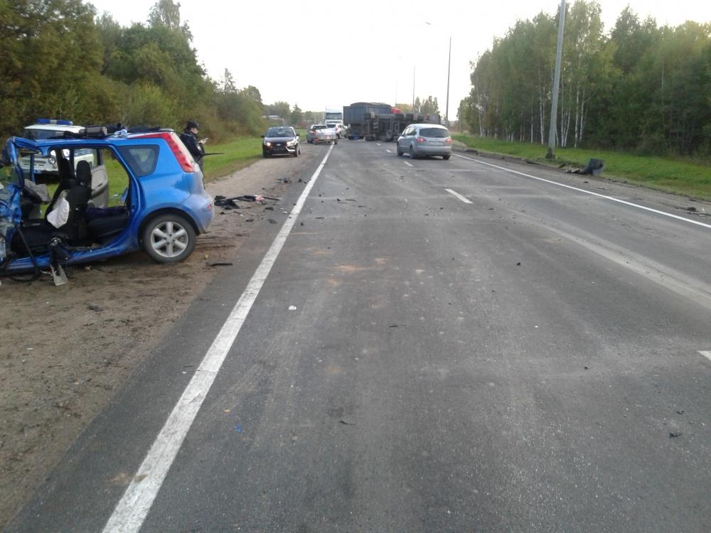 В Ярославской области легковушка столкнулась с фурой: трое пострадавших