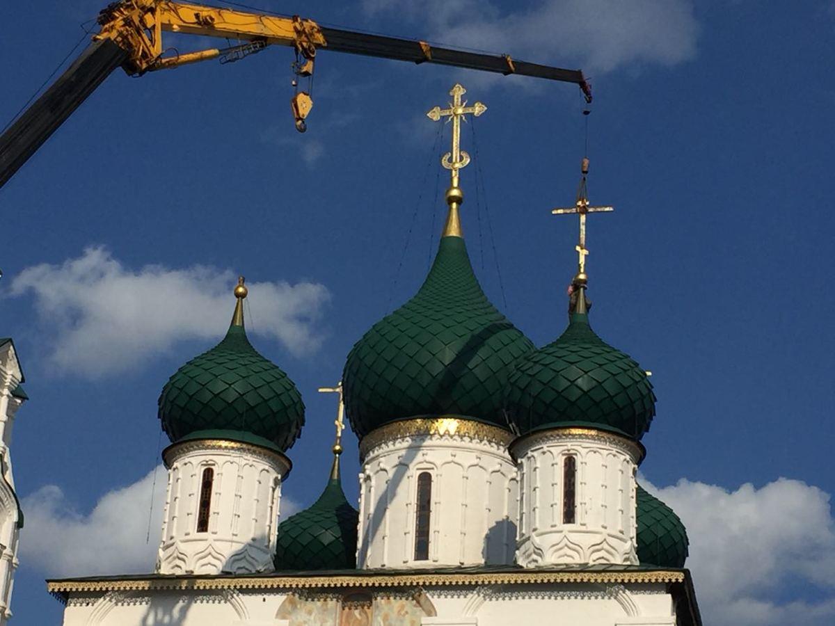 С храма Ильи Пророка в Ярославле начали снимать кресты
