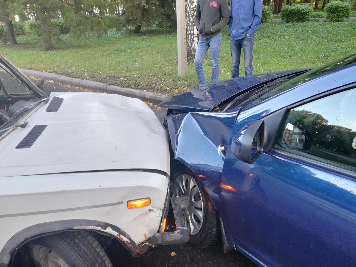 В Рыбинске столкнулись две иномарки: пострадал мужчина