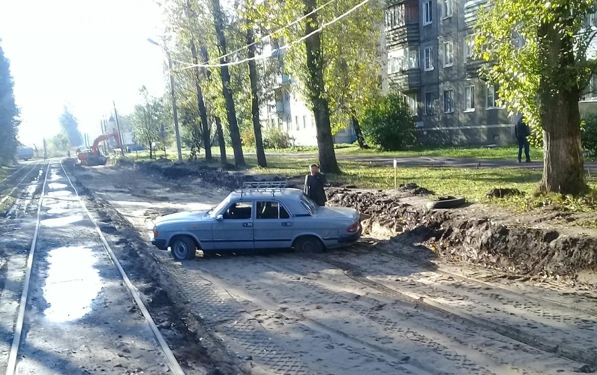 «Волга» застряла на перекопанной дороге в Ярославле
