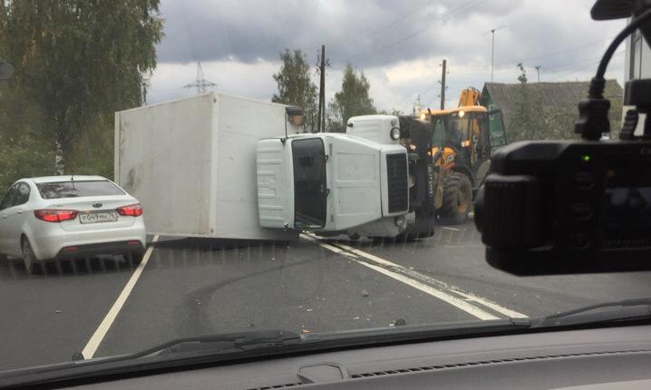 В Ярославле в центре города перевернулся военный грузовик