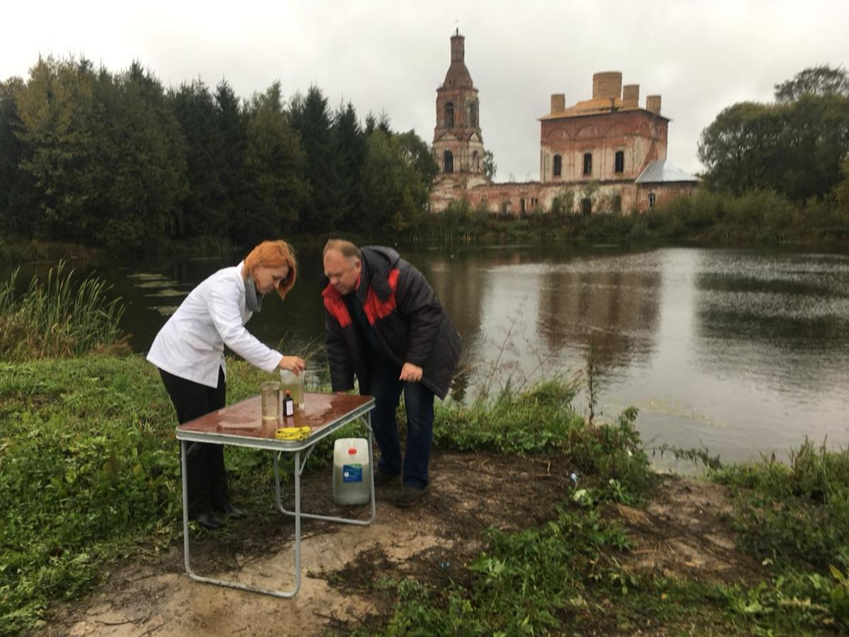 Пруд в Ярославской области очищают с помощью инновационной биотехнологии