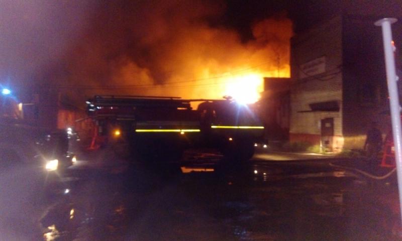 В Ярославле горел склад с продуктами площадью почти 200 квадратных метров