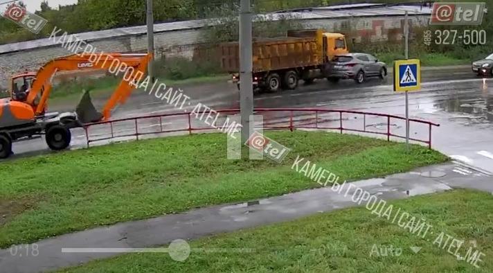 В Рыбинске грузовик протаранил иномарку: видео