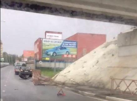 Иномарка в Ярославле снесла дорожные ограждения и вылетела на тротуар