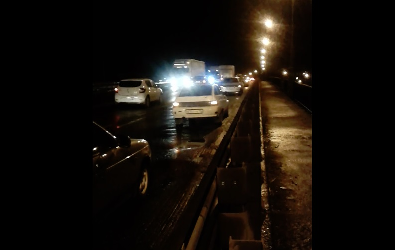 Пробито шесть колес: из-за ям на окружной дороге в Ярославле пострадали четыре авто - видео