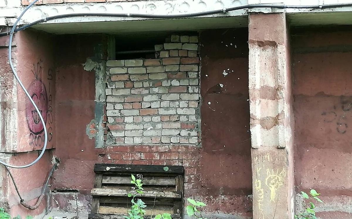 В Рыбинске рецидивист проломил стену в магазин, украл деньги и остался там перекусить