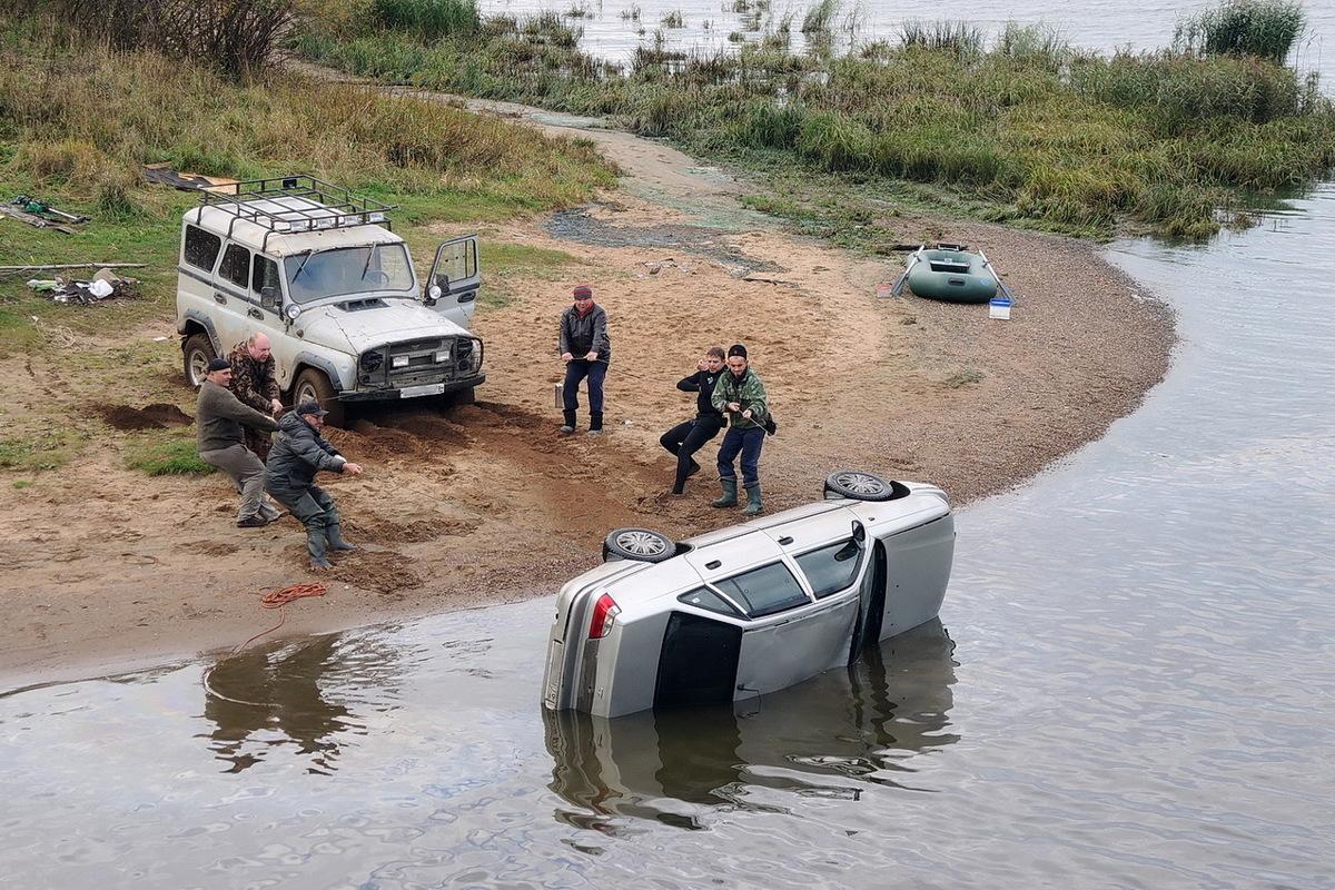 Под Ярославлем автомобиль пришлось извлекать из реки: видео