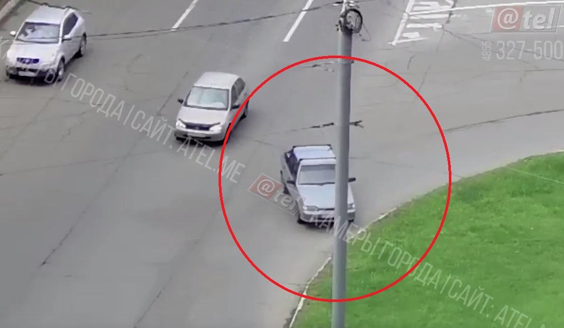 Рыбинский «беспилотник»: автомобиль решил удрать от водителя, пока тот закупался в ларьке