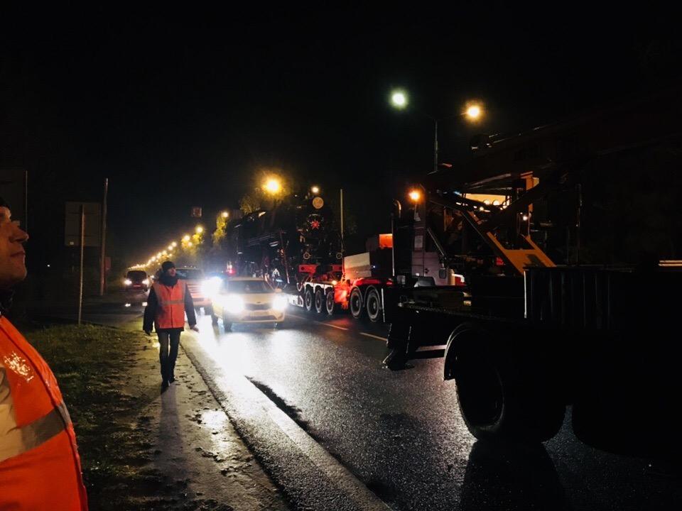 В Ярославль привезли памятник-паровоз