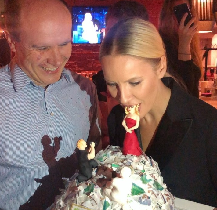 Известной ярославской телеведущей подарили «мусорный» торт