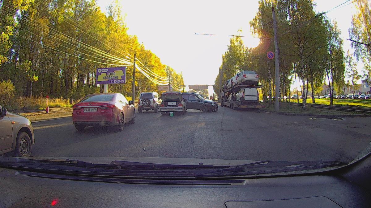 Тройное ДТП в Дзержинском районе Ярославля парализовало движение троллейбусов