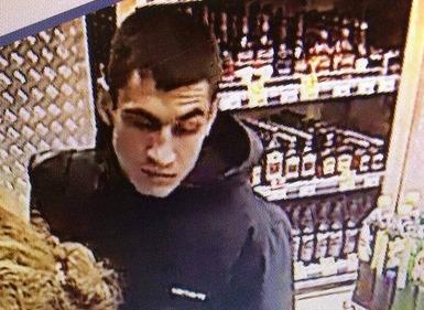 В Ярославле разыскивают мужчин, укравших технику из магазина электроники: видео