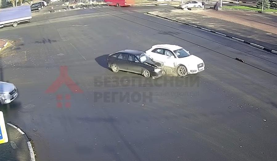 ВАЗ и «Ауди» не смогли разъехаться на перекрестке улицы Советской и проспекта Ленина: видео