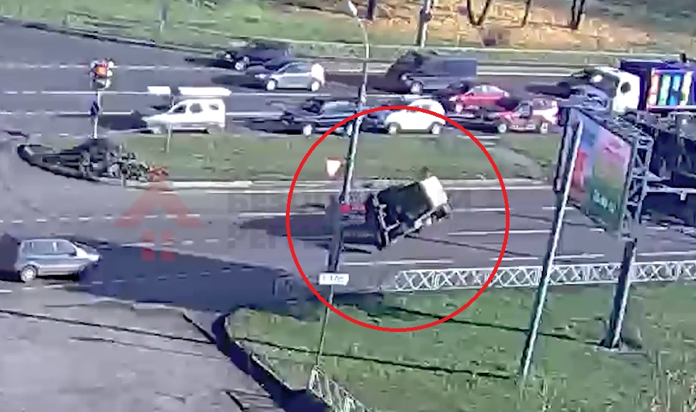 На Ленинградском проспекте в Ярославле перевернулся трактор: видео