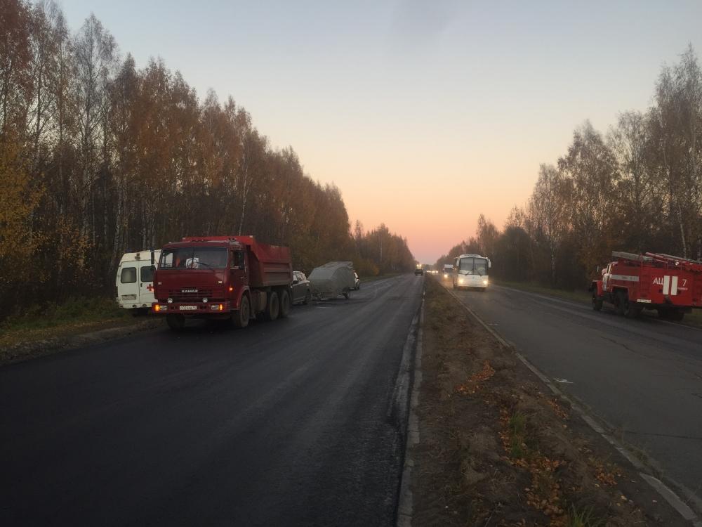 Двое взрослых и ребенок пострадали при столкновении внедорожника и КамАЗа в Ярославской области