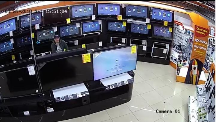 В Ярославле воришки обокрали магазин в крупном торговом центре: видео