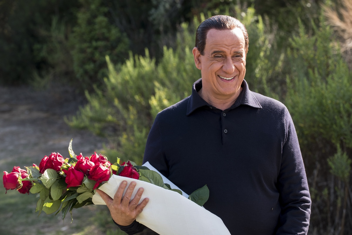 Итальянский режиссер Паоло Соррентино, ставший классиком при жизни, вновь шлет нам привет: 25 октября на экраны выходит его новая картина об эпатажном Сильвио Берлускони – «Лоро»