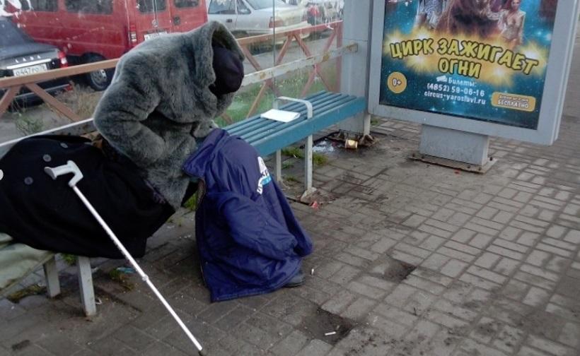 Поселившийся на остановке 71-летний бездомный отказался лечь в больницу