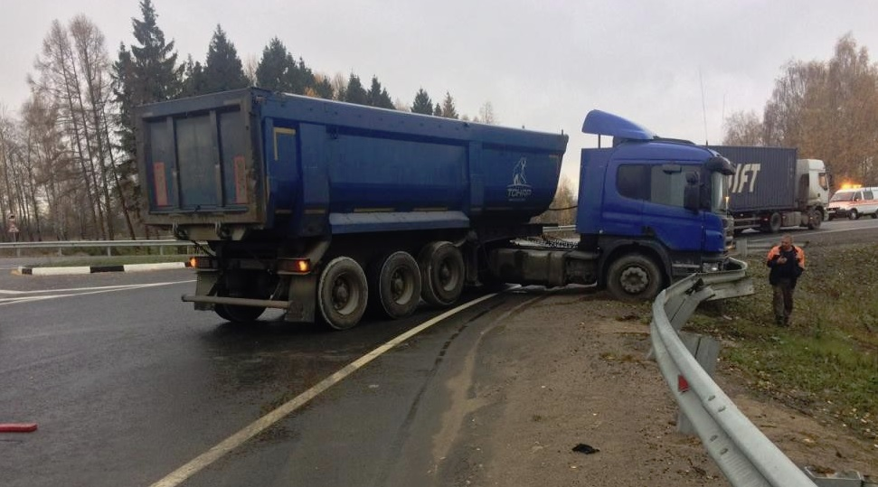 В Ярославской области фура вылетела с трассы М8 и снесла 25 метров отбойника