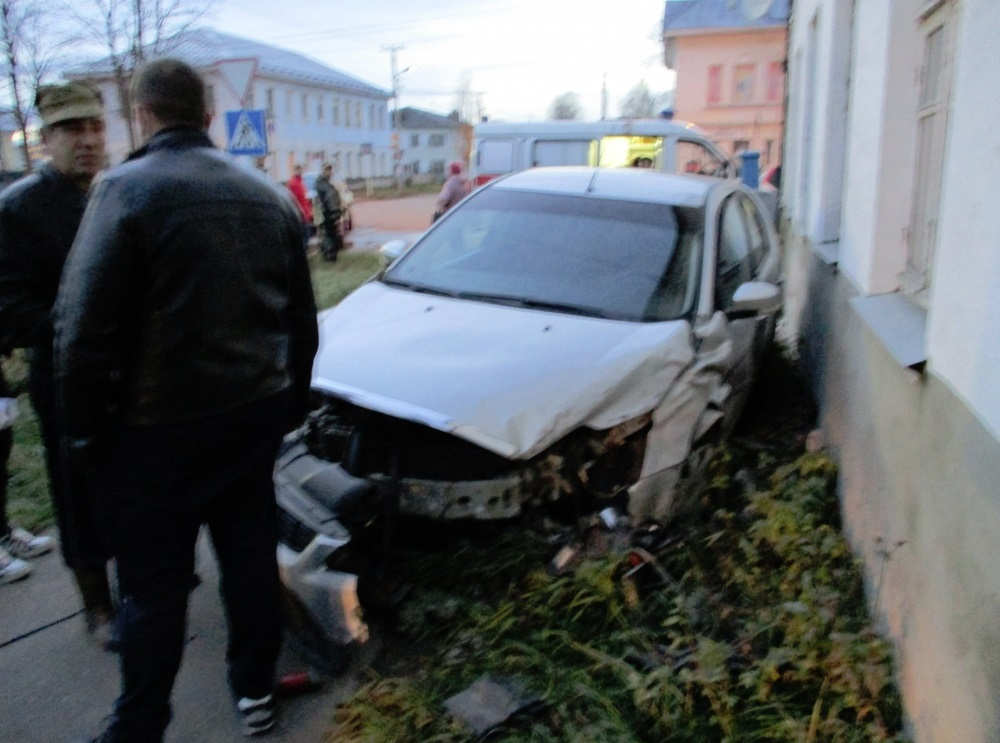 В Ярославской области, попав в ДТП, иномарка вылетела с дороги и сбила 8-летнего ребенка