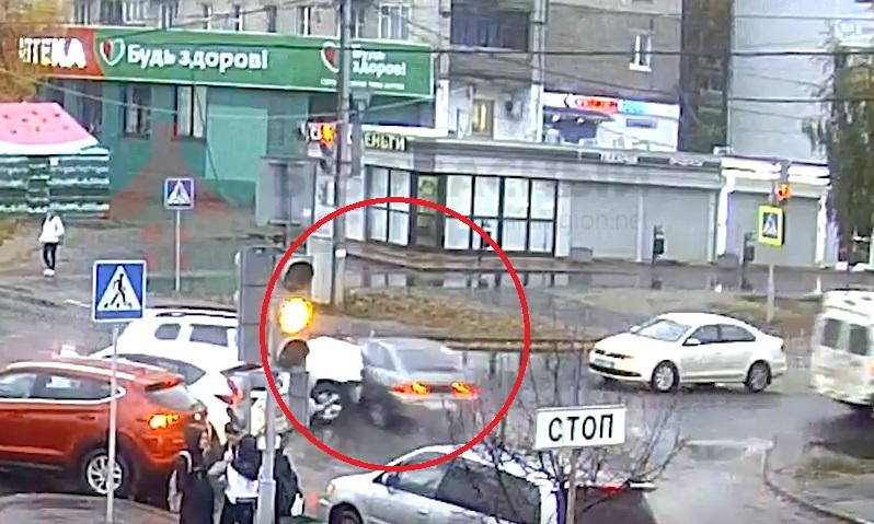 В Ярославле в результате ДТП одна из легковушек вылетела на тротуар – видео