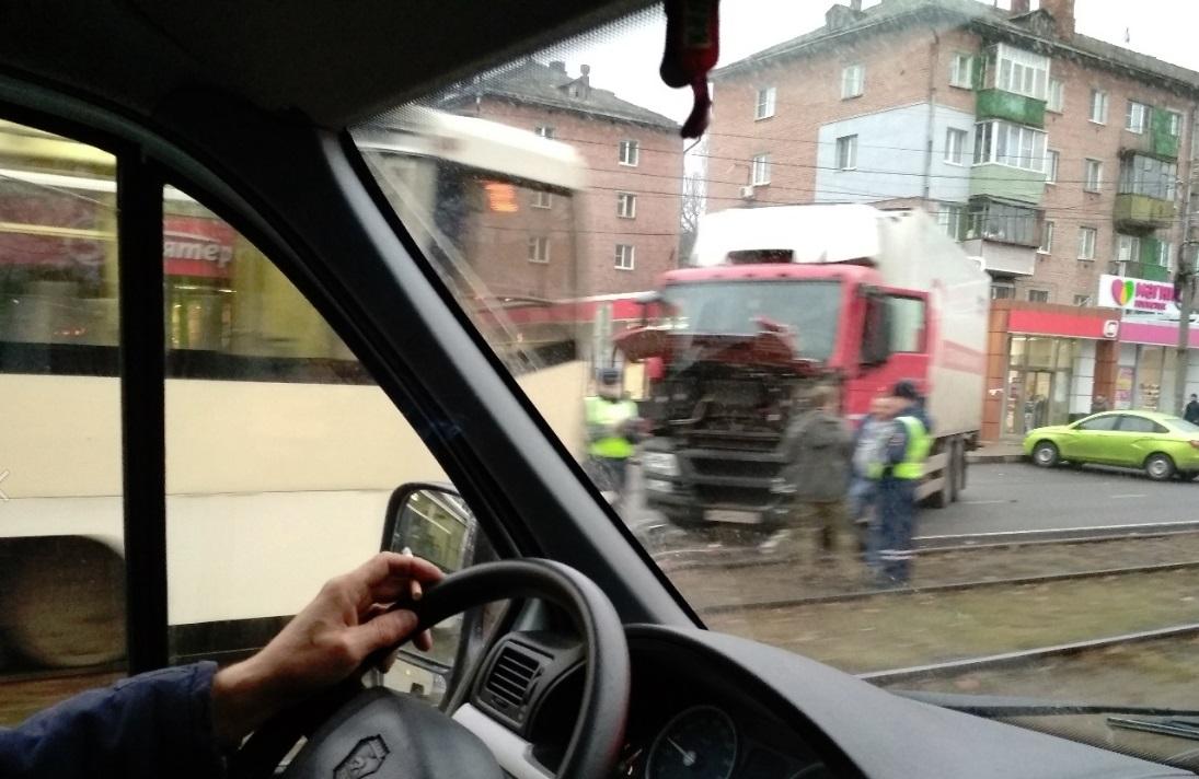 В Ярославле столкнулись фура и трамвай
