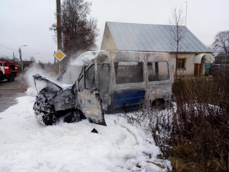 В Ярославской области сгорел микроавтобус