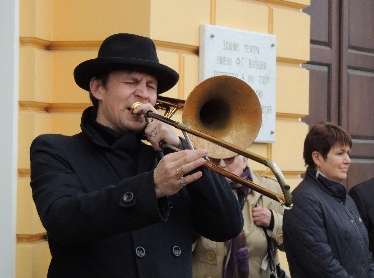 Ярославцы чаще всего продают гитары и аккордеоны