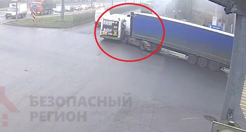 Опубликовано видео ДТП с участием грузовика и автобуса на Московском проспекте