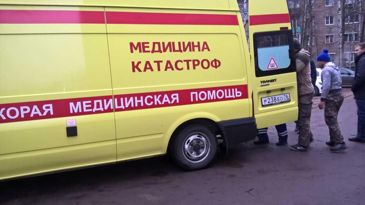 В Ярославле рабочий сорвался с крыши пятиэтажки