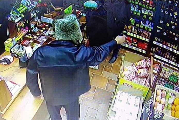 В Ярославле грабитель ворвался в магазин, размахивая пистолетом