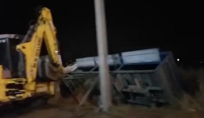 В Ярославле на окружной дороге перевернулся зерновоз: видео