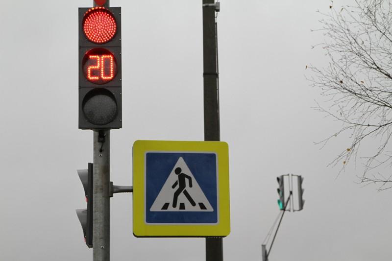 В Рыбинске на аварийном участке монтируют новый светофор