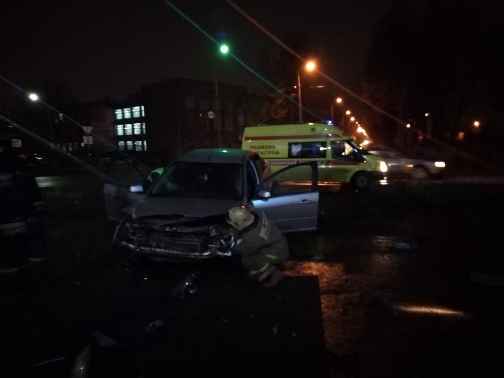 В Ярославле водитель иномарки въехал в бетонную стену