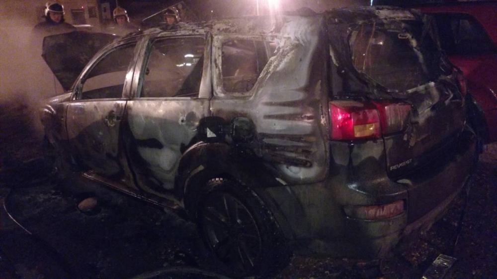 В Ярославле на парковке сгорел дорогой внедорожник