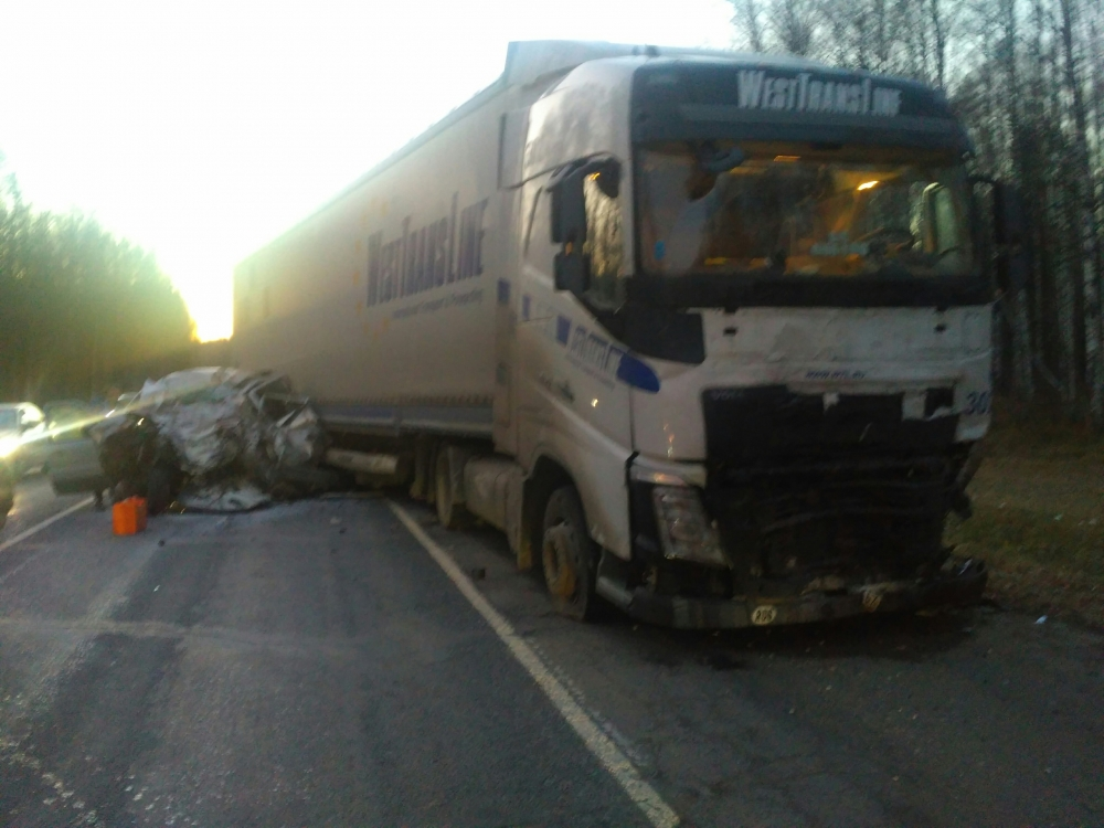 Легковушка столкнулась с фурой на трассе в Ярославской области: погиб мужчина