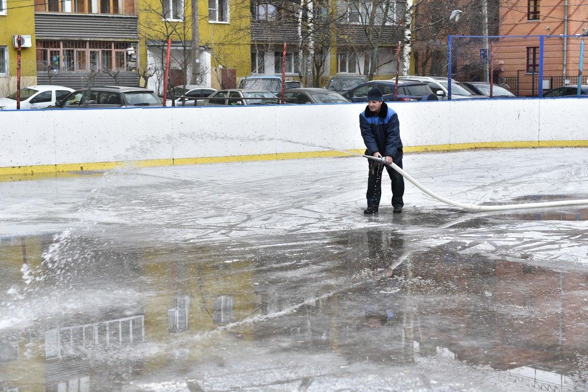 В Ярославле начали заливать катки