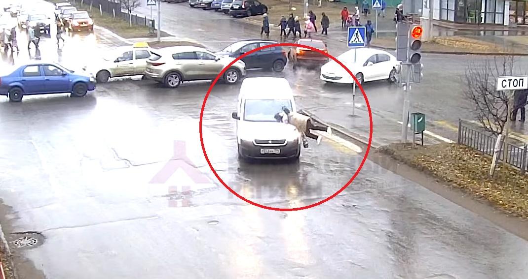 В Ярославле на «зебре» сбили женщину: видео