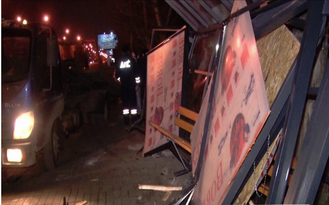 В Ярославле иномарка после столкновения с автобусом снесла остановку: видео