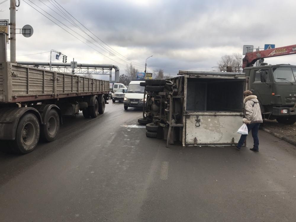 В Ярославле «Газель» перевернулась после столкновения с «Жигулями»
