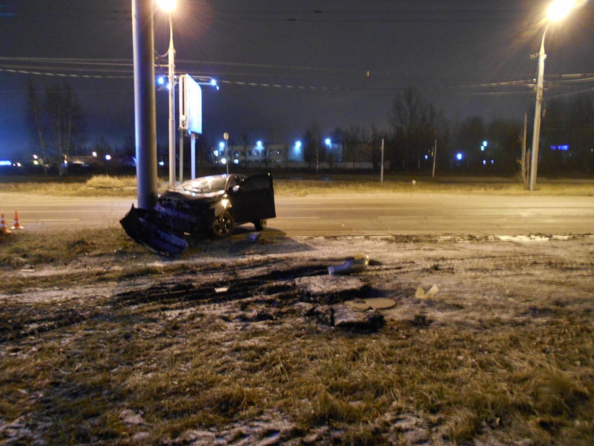 В Ярославле два автомобиля «Мицубиси» влетели в столбы: два человека ранены