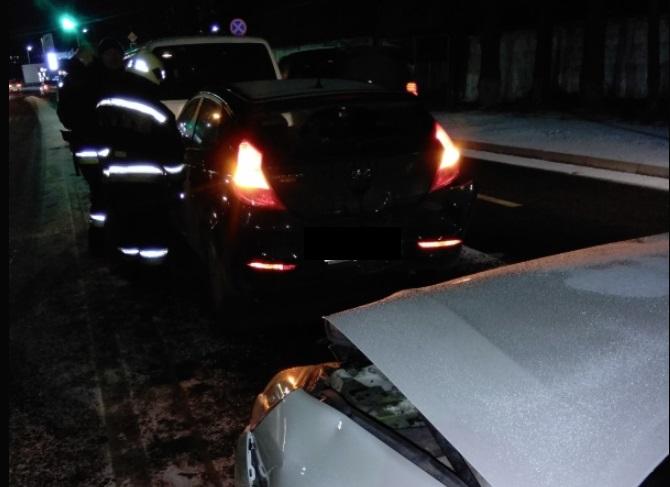 В тройном ДТП с участием микроавтобуса в Ярославле пострадала женщина