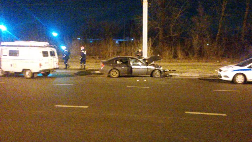 В Ярославле БМВ врезался в фонарный столб: двое пострадавших