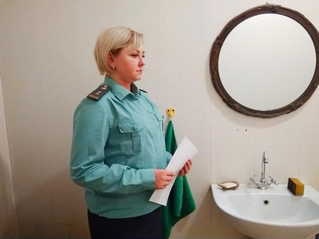 В Ярославле алиментщик спрятался от приставов за шторой в ванне