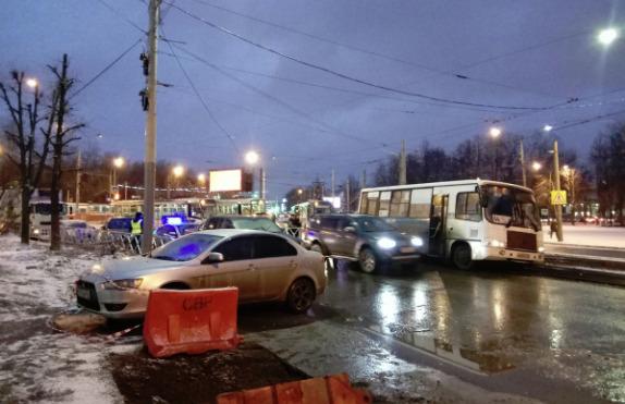 Ярославская маршрутка свалилась на трамвайные пути